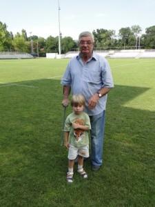 Valeriu Irimescu, împreună cu nepotul său, pe stadionul Arcul de Triumf în vara anului 2012, la sărbătorirea a 25 de ani de la primul titlu de campioni juniori cucerit de clubul Locomotiva