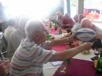 Mihai Cojocarul colectează semnături pe balonul oferit lui Victor H. Guțu