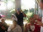 Victor H. Guțu încearcă șapca primită