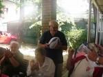 Victor H. Guțu primește un balon în timp ce George Astaloș aplaudă